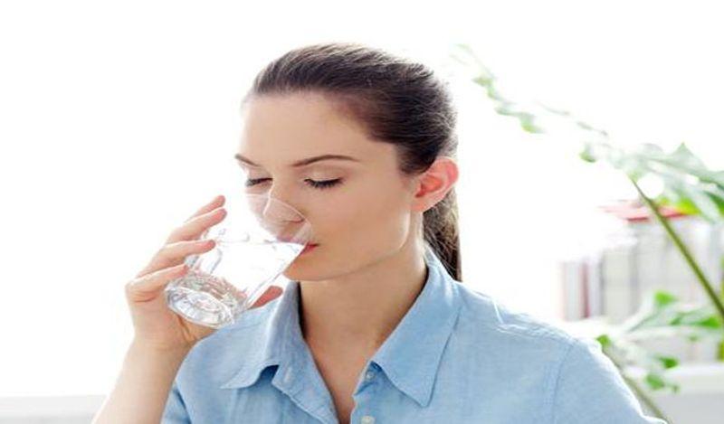 <p> जेव्हा विष शरीरात तयार होण्यास सुरवात होते तेव्हा त्वचेवरील सुरकुत्या दिसू लागतात. कोमट पाणी पिण्याने शरीरातील सर्व विष बाहेर जातात. गरम पाणी स्त्रियांना त्वचेच्या लवचिकतेपासून देखील वाचवते. & Nbsp; </ p>