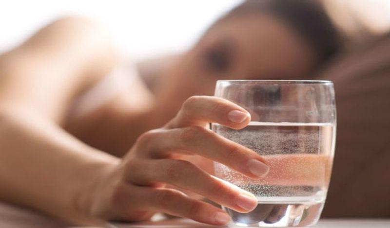 <p> थंड पाणी पिण्यामुळे एखाद्या व्यक्तीची रोगप्रतिकारक शक्ती कमकुवत होते. त्याची कार्यक्षमता कमी होते. तसेच, थंड पाणी पिण्यामुळे शरीरात अधिक प्रमाणात श्लेष्मा निर्माण होते, जी आपल्या आरोग्यासाठी योग्य नाही. & Nbsp; </ p>