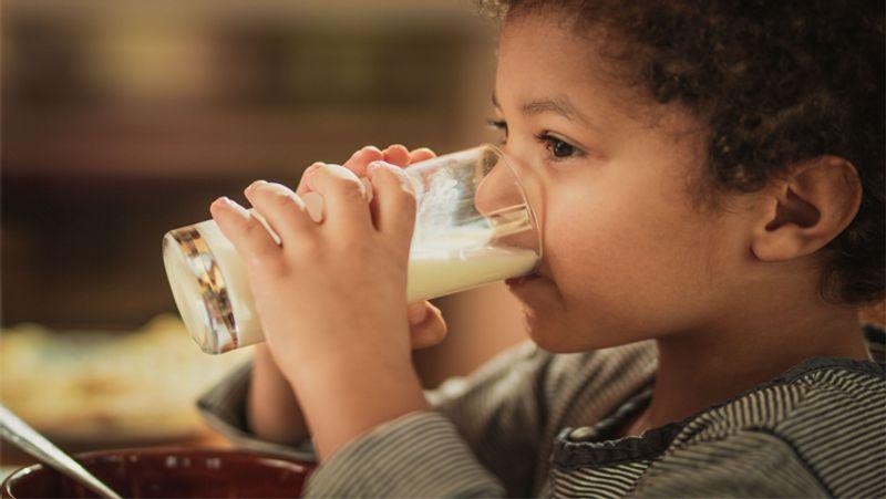 <p> बर्याच वेळा मुले दूध पिल्यानंतर लगेच उलट्या करतात. अशा परिस्थितीत मुलांच्या दुधात वेलची पूड मिसळल्याने उलट्यांचा त्रास होत नाही. लक्षात ठेवा की मुलांना संपूर्ण दूध एकत्र दिले जाऊ नये, त्यांना हळूहळू दूध द्यावे. खायला दिल्यावर लहान मुलांना धडकी भरवण्याची खात्री करा. </ P>